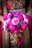 Indische Brauthände, die Blumenstrauß anhalten Stockbild