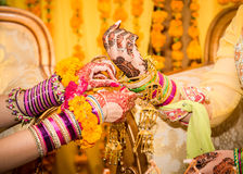 Indische Brauthände, die verziert erhalten Stockfotos