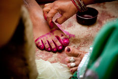 Indische bruidegom die huwelijksrituelen doen Stock Afbeelding