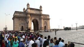 Indische burgers en toeristen voor Gateway aan India in Mumbai stock footage