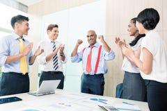 Indische CEO die succes in commerciële vergadering melden Stock Foto's