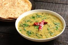Indische cuisine- Dal palak schotel stock afbeelding