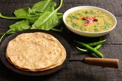 Indische cuisine- Dal palak schotel met chapati royalty-vrije stock foto's