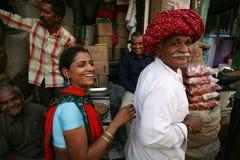 Indische dame en mens met het glimlachen gezichten in markt Royalty-vrije Stock Foto