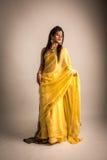 Indische Dame im gelben Sari Stockfoto