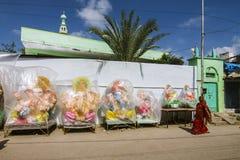 Indische Dame im Saree gehend vor Ganesh Idols Stockfotografie