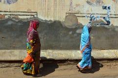Indische Damen und gemalte Wände, Mandawa, Rajastha lizenzfreies stockfoto