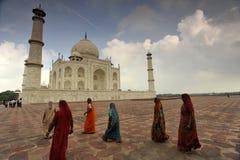 Indische dames in Taj Mahal royalty-vrije stock afbeeldingen