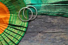 Indische decoratie voor het dansen: armbanden, elementen van het Indische klassieke kostuum voor het dansen bharatanatyam Houten  royalty-vrije stock foto