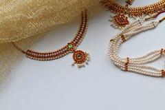 Indische decoratie voor het dansen: oorringen, gouden sjaal en decoratie op de hals en op het hoofd Indische klassieke dansstijl royalty-vrije stock foto's