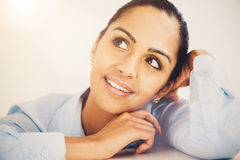 Indische denkende Zukunft der Geschäftsfrau Lizenzfreie Stockfotografie