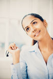 Indische denkende Zukunft der Geschäftsfrau Lizenzfreie Stockfotos