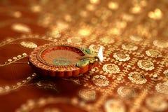 Indische Diwali Diya met Feestelijke Lichten Bokeh Stock Afbeeldingen