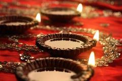 Indische Diwali Diya met Feestelijke Lichten en Bokeh Stock Foto's