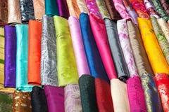 Indische doek bij markt Stock Foto's