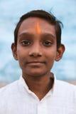 Indische dorpsjongen die en camera glimlachen bekijken Stock Afbeelding