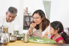 Indische Familie, die Bananenblattreis isst lizenzfreie stockfotos