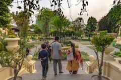 Indische familie die de Tuin van Dromen bezoeken stock afbeeldingen