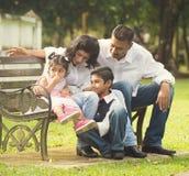 Indische familie die kwaliteits van tijd genieten Stock Afbeelding