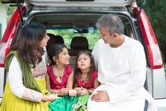 Indische familie die naar vakantie gaan Stock Foto's