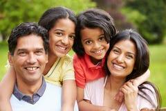 Indische Familie die in Platteland lopen Royalty-vrije Stock Afbeelding