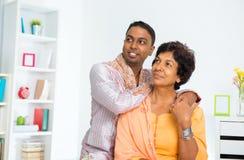Indische familie die weg kijken Stock Afbeeldingen