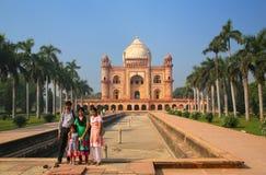 Indische familie die zich voor Graf van Safdarjung in Nieuwe Del bevinden Stock Foto