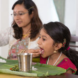 Indische Familie, die zu Hause Abendessen isst stockfotos