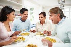 Indische Familie, die zu Hause Mahlzeit isst Lizenzfreie Stockfotos