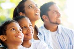 Indische Familie draußen lizenzfreies stockfoto