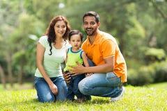 Indische Familie draußen Stockfotos