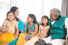 Indische Familie feiern Diwali stockbild