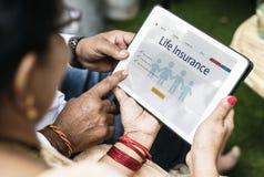 Indische Familie interessiert an Lebensversicherung stockbild