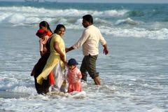 Indische Familie in Meer lizenzfreie stockfotografie