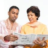 Indische Familienlesezeitung stockfotografie