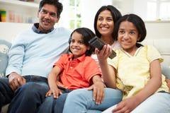 Indische Familiezitting op Sofa Watching-TV samen Stock Afbeelding
