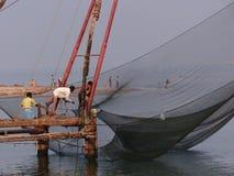 Indische Fischer, die in den Fang schleppen lizenzfreie stockfotos