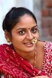 Indische Frau auf einer Straße in Ahmedabad Fotografieren am 1. November 2015 in Ahmedabad Indien Lizenzfreies Stockfoto