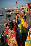 Indische Frau betet während der Solareklipse Lizenzfreie Stockfotos