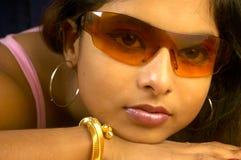 Indische Frau in den Sonnenbrillen Lizenzfreie Stockfotografie