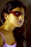 Indische Frau in den Sonnenbrillen Stockfoto