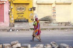 Indische Frau der vierten Kaste in den Straßen von Jaipur, Indien Lizenzfreies Stockfoto