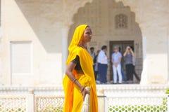 Indische Frau der vierten Kaste Shudras im traditionellen Sari Stockbilder