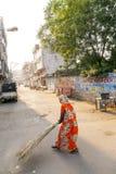 Indische Frau der vierten Kaste, welche die Straßen von Jaipur, Indien säubert Lizenzfreie Stockfotos