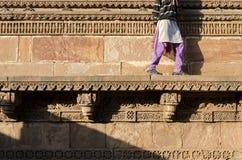 Indische Frau, die auf die schöne Grenzmuster u. -Designe engr geht Lizenzfreie Stockfotos