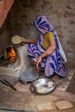 Indische Frau, die Brot macht Lizenzfreie Stockfotos