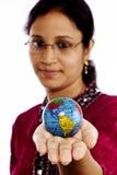 Indische Frau, die eine Kugel anhält Stockbild