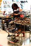 Indische Frau, die Fußbekleidung in einem Einzelhandelsgeschäft auswählt Lizenzfreies Stockbild