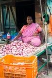 Indische Frau, die Gemüse am Markt verkauft Chennai, Indien Lizenzfreie Stockfotografie