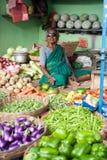 Indische Frau, die Gemüse am Markt verkauft Chennai, Indien Stockfoto